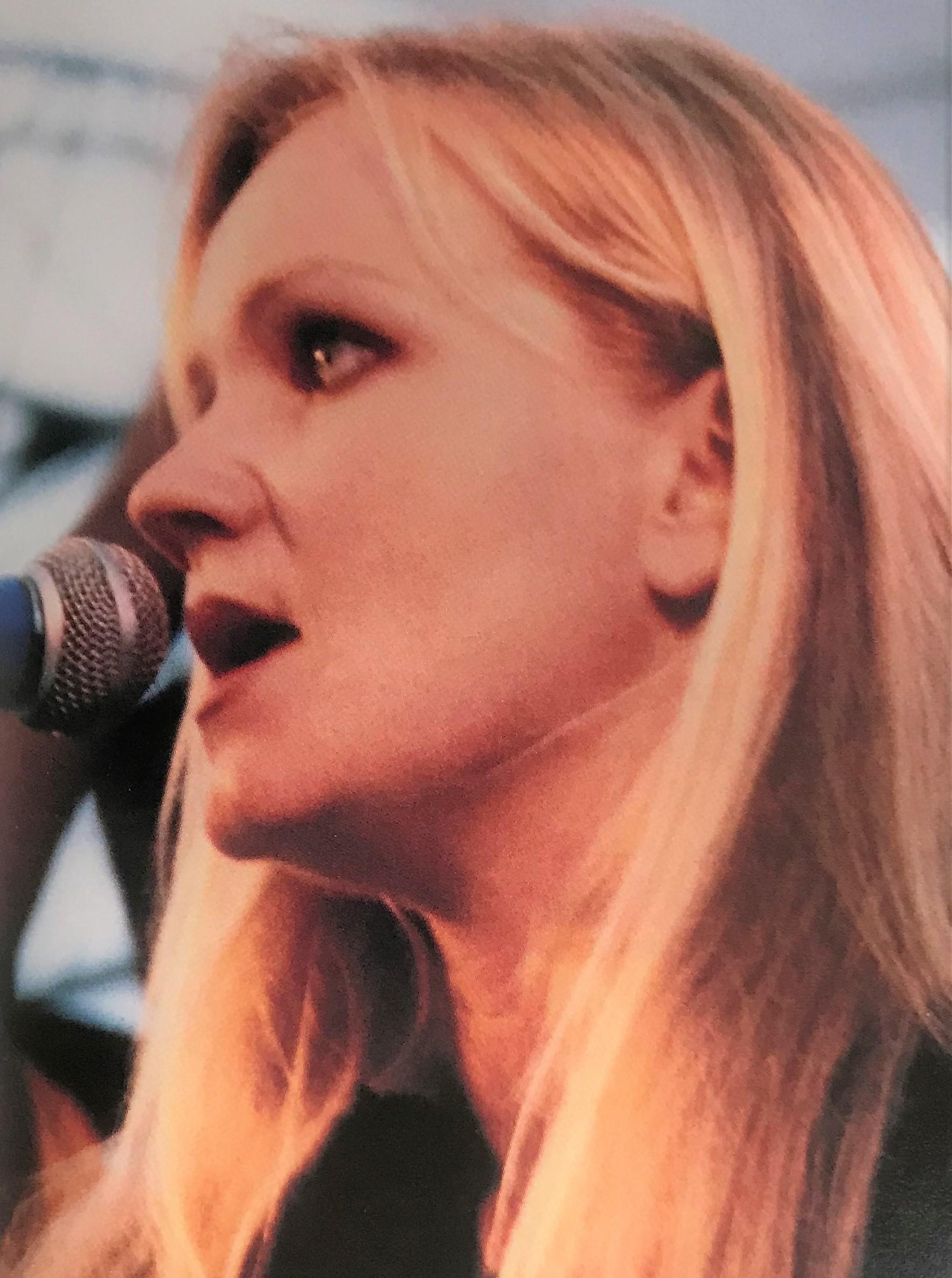 Eva singing